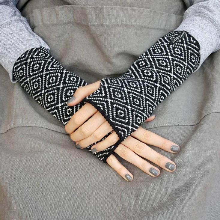 Wool Wristwarmers - Black Rhomboid
